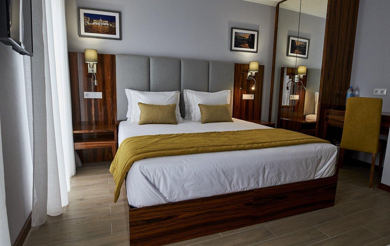 Suite  em Hostel com Jardim, A/C e Wi-Fi - Próximo Forte São Sebastião - 12455