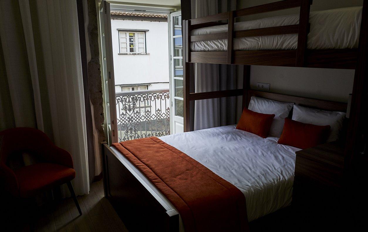 Suite  em Hostel com Jardim, A/C e Wi-Fi - Próximo Forte São Sebastião - 12457