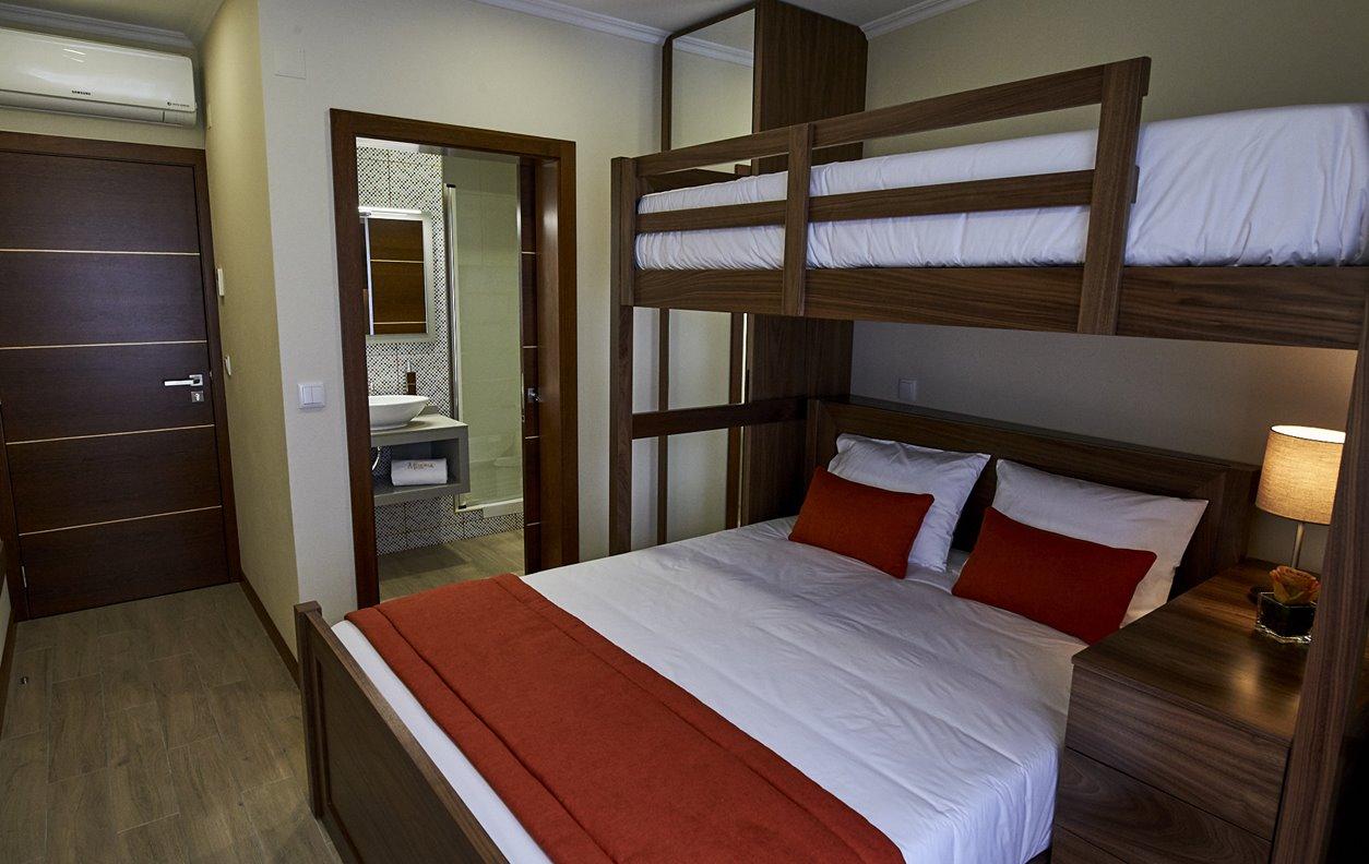 Suite  em Hostel com Jardim, A/C e Wi-Fi - Próximo Forte São Sebastião - 12456