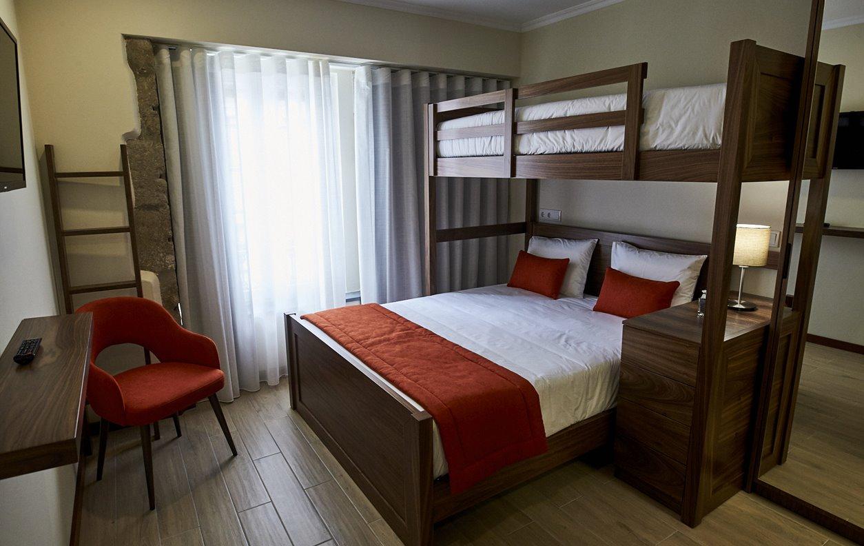 Suite  em Hostel com Jardim, A/C e Wi-Fi - Próximo Forte São Sebastião - 12459