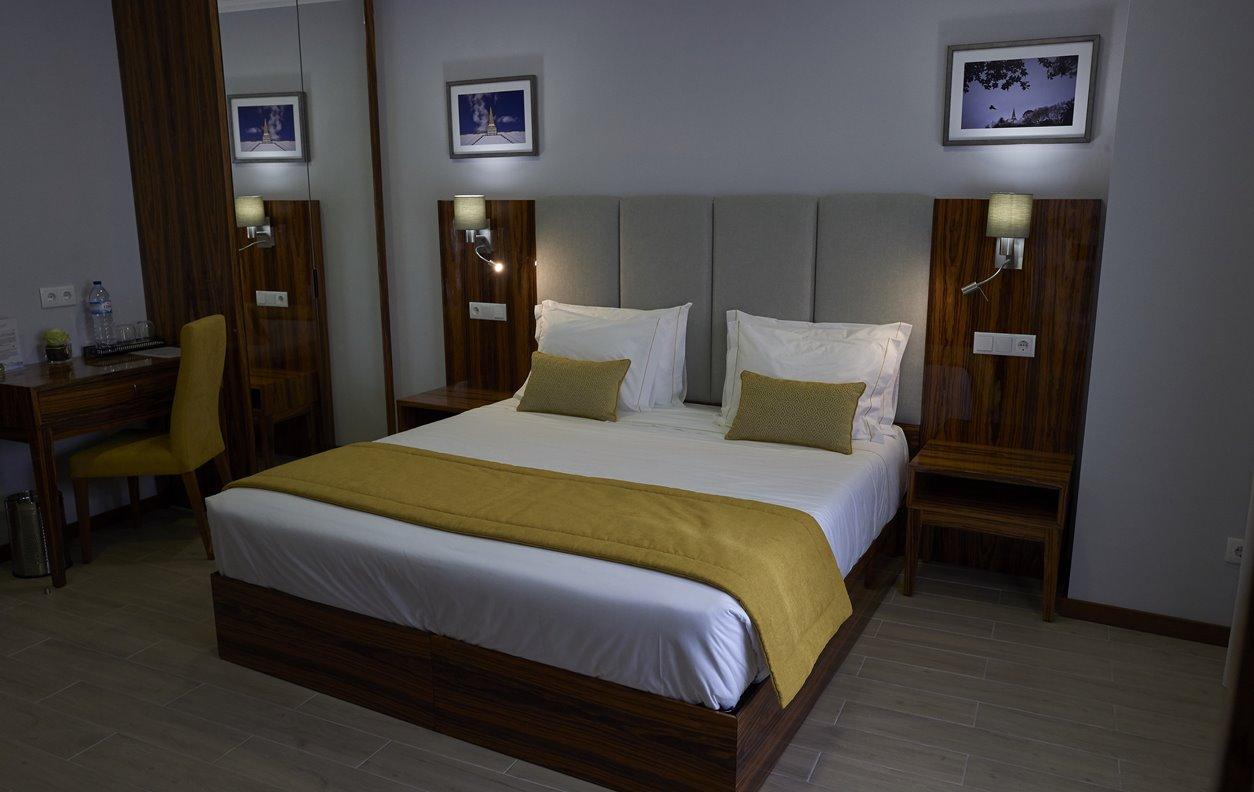 Suite  em Hostel com Jardim, A/C e Wi-Fi - Próximo Forte São Sebastião - 12462