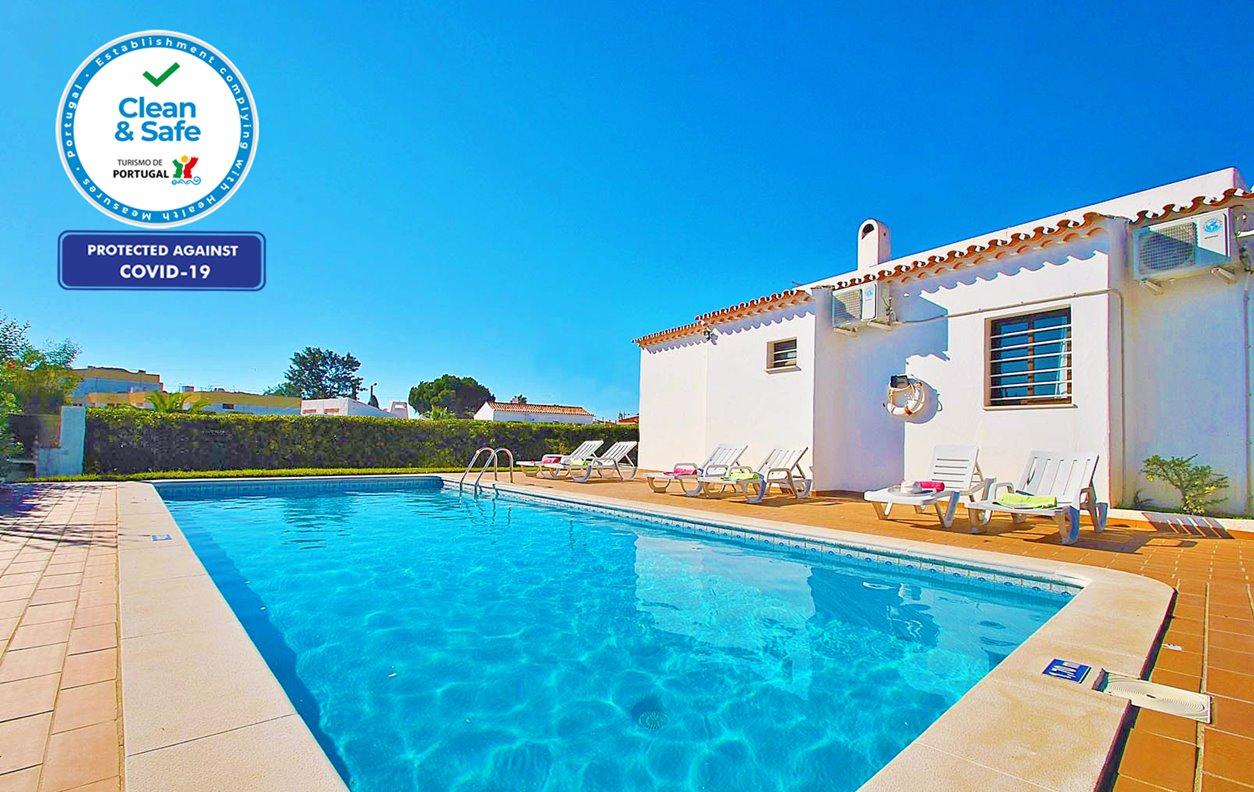 Casa de Férias com Piscina Aquecível e Jardim, A/C, BBQ e Wi-Fi - Localizada a poucos min. da praia - 12615