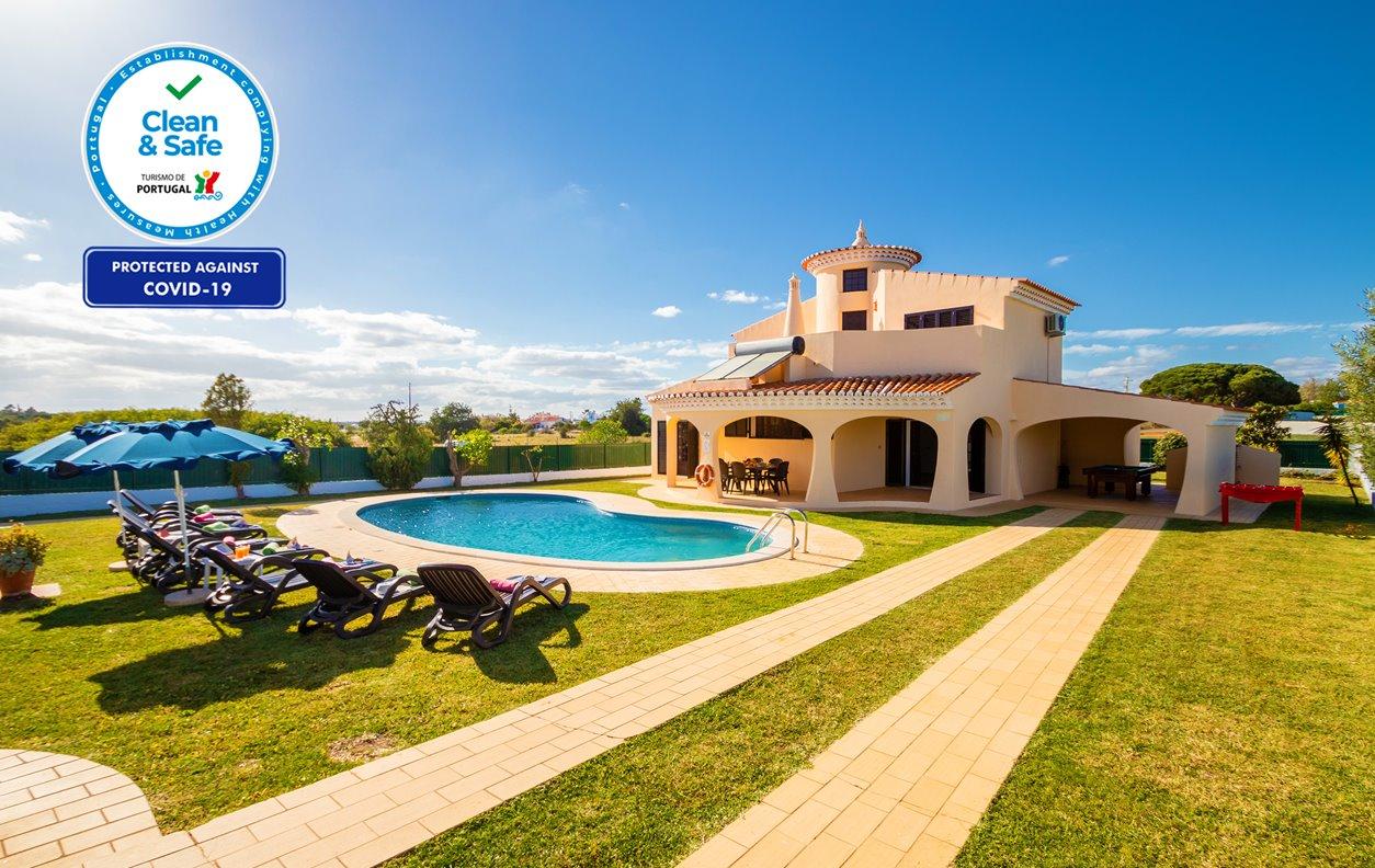 Casa de Férias com Piscina Aquecível, V. Montanha, A/C, Jogos, BBQ e Wi-Fi - Praia da Galé fica a 5 min. de carro - 12621
