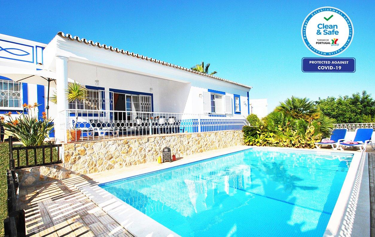 Casa de Férias com Piscina Privada e Jardim, A/C, BBQ e Wi-Fi - Localizada apenas a alguns min. das belas praias - 12642