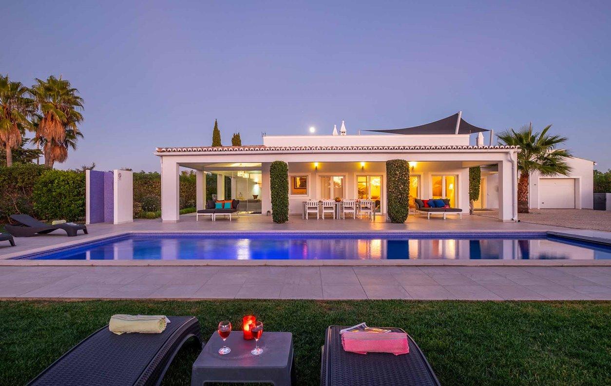Casa de Férias com Piscina Aquecível e Jardim, A/C, BBQ Wi-Fi - 700 metros da popular Praia Vale de Centeanes - 13007