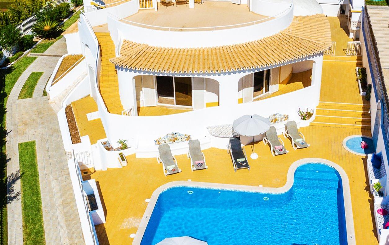 Casa de Férias com Piscina Aquecível e Jardim, A/C, BBQ e Wi-Fi - 5 min. a pé das melhores praias - 13033