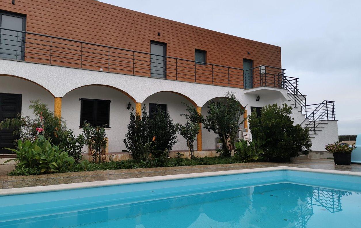 Suite em GuestHouse com Piscina, Jardim, A/C e Wi-Fi - Próximo de Restaurantes - 13063