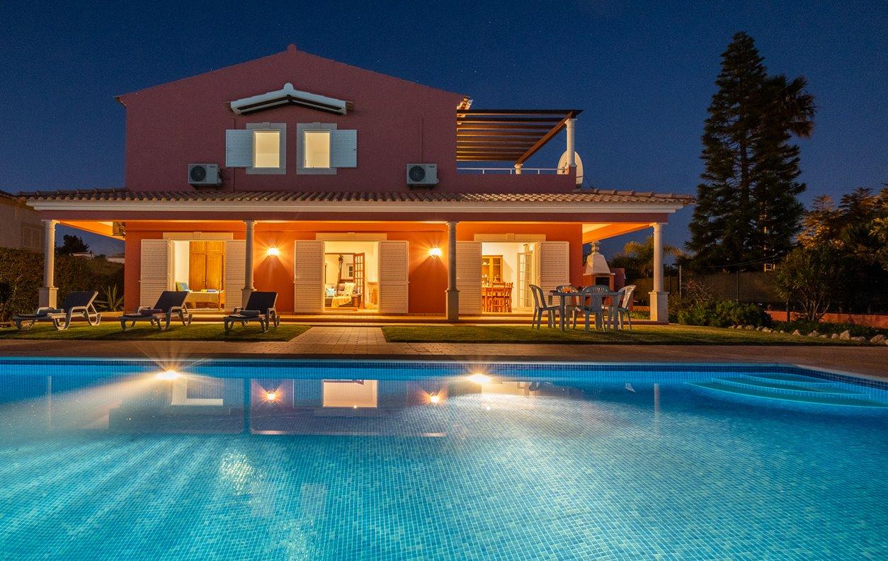 Casa de Férias com Piscina Privada e Jardim, A/C, BBQ e Wi-Fi - 15min a pé da Praia do Carvoeiro - 13081