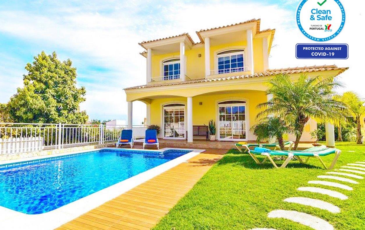 Casa de Férias com Piscina Aquecivel e Jardim, A/C, BBQ e Wi-Fi- 950 m da praia - 13129
