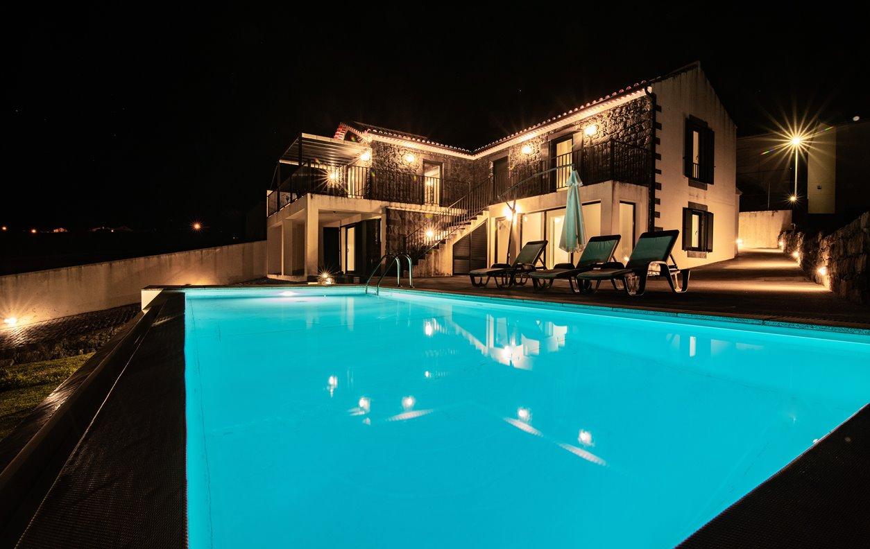 Casa de Férias com Piscina Privada e Jardim, V. Mar, A. Central, BBQ e Wi-Fi - 4km da praia - 13133