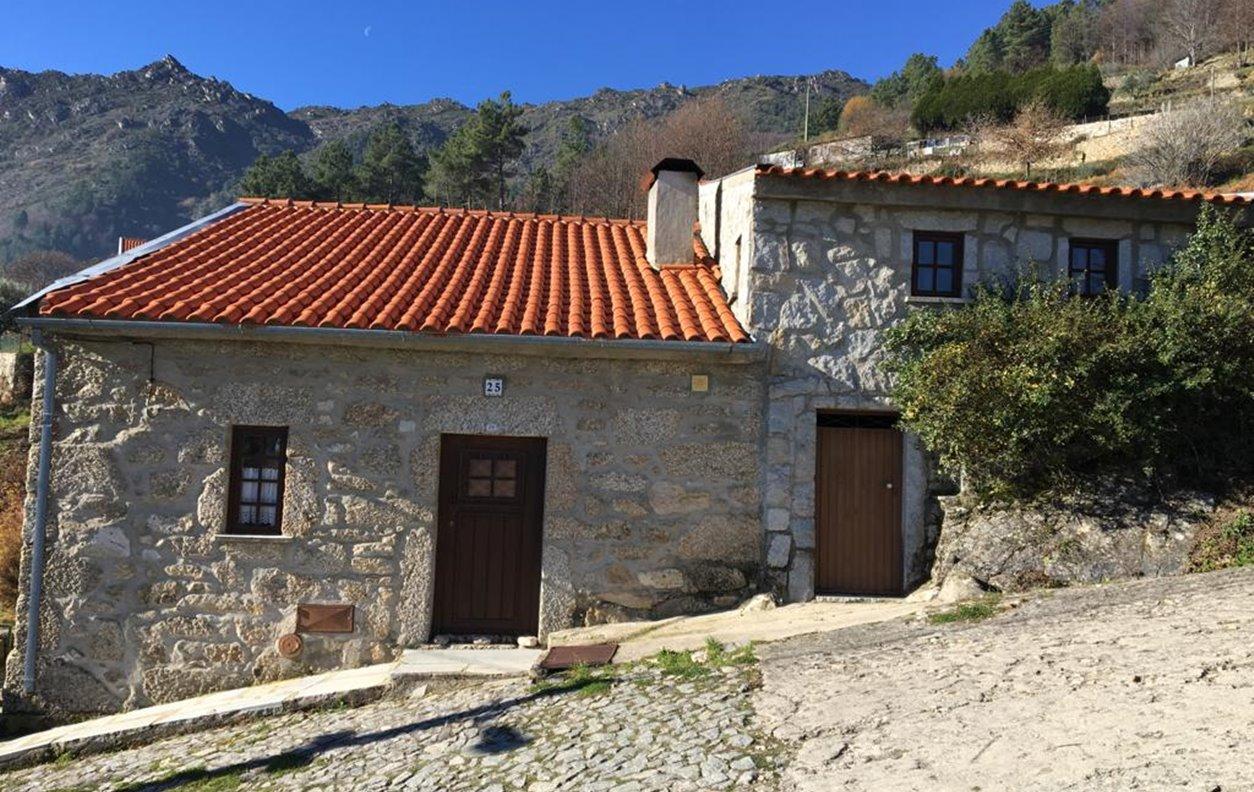 Casa Rustica de Férias com Vista Montanha, Jardim, Salamandra, BBQ e Wi-Fi - 15 km da Torre Serra da Estrela - 13136