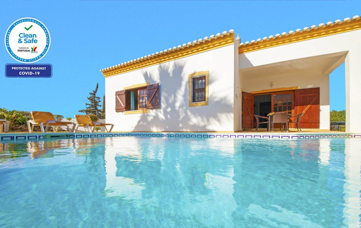 Casa de Férias com Piscina Aquecível e Jardim, A/C, BBQ e Wi-Fi - 1km das mais belas praias - 13171