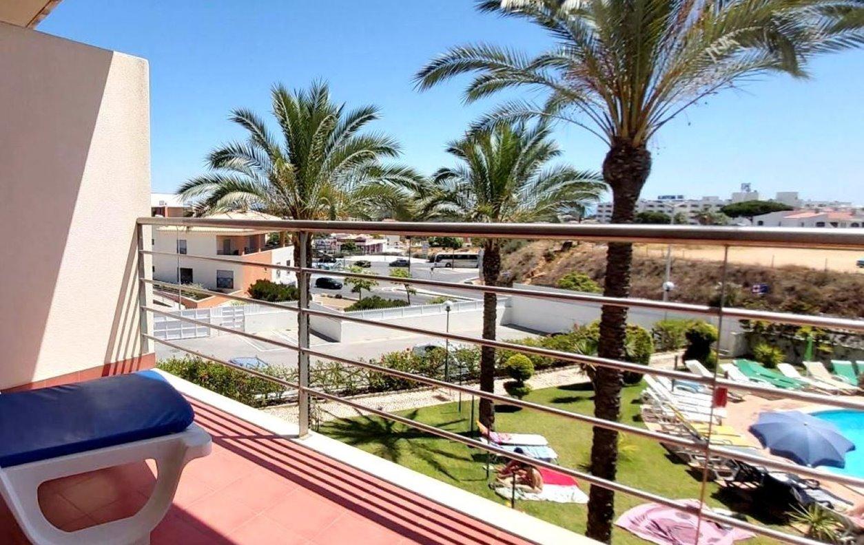 Apartamento de Férias com Piscina, Jardim e Wi-Fi - 1,3 Km das praias da Oura e Santa Eulália - 13179