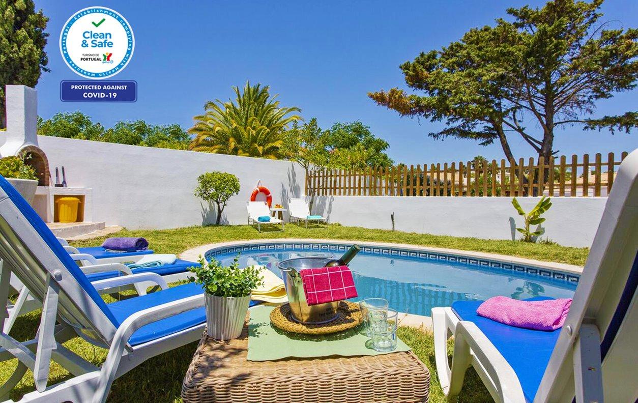 Casa de Férias com Piscina Privada e Jardim, A/C, BBQ e Wi-Fi - 5 min. de carro de várias praias - 13181