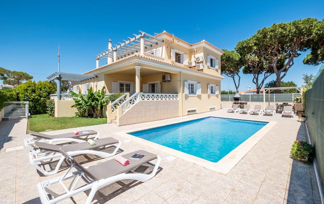 Casa de Férias com Piscina Aquecível e Jardim, A/C, BBQ Wi-Fi - 850 metros da popular Praia - 13266